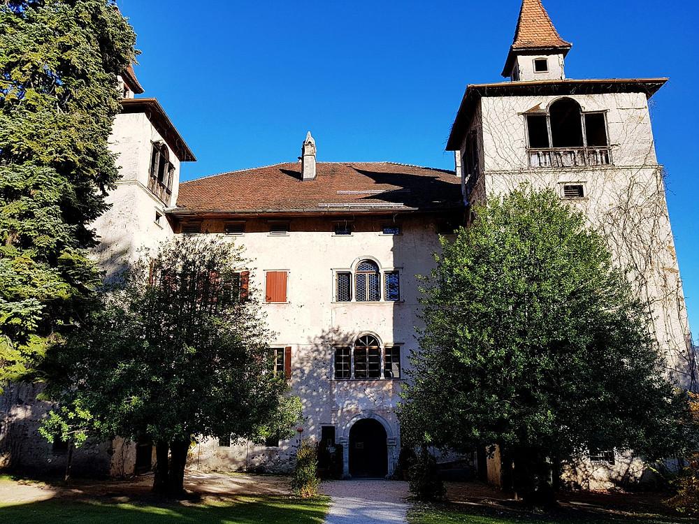 Die Fahlburg im Dorfzentrum von Prissian