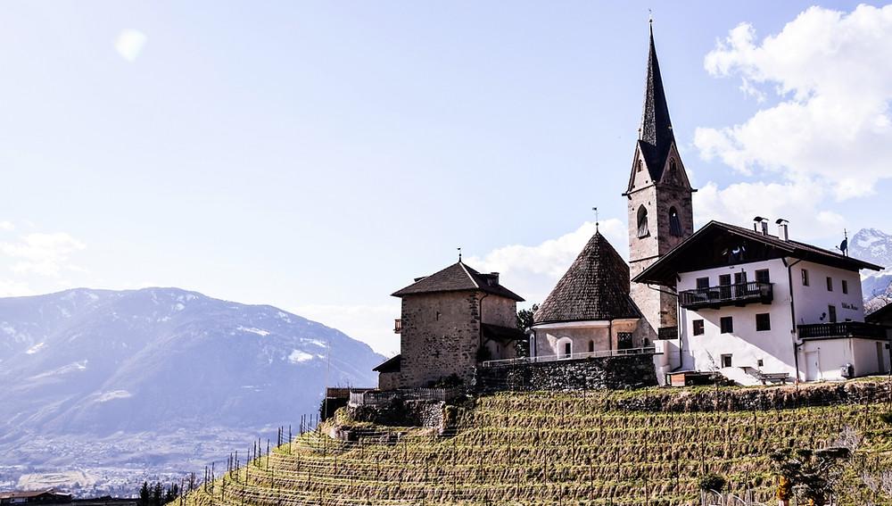 Blick auf die Rundkirche St. Georg mit dem Vigiljoch im Hintergrund