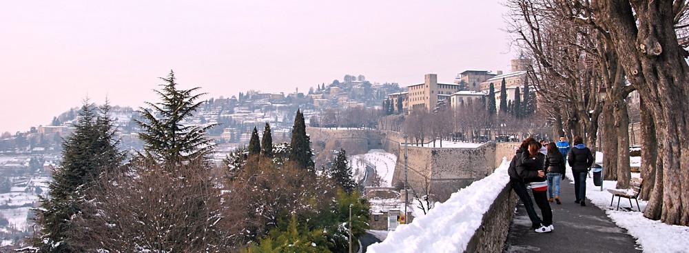 Winterspaziergang entlang der venezianischen Mauern von Bergamo