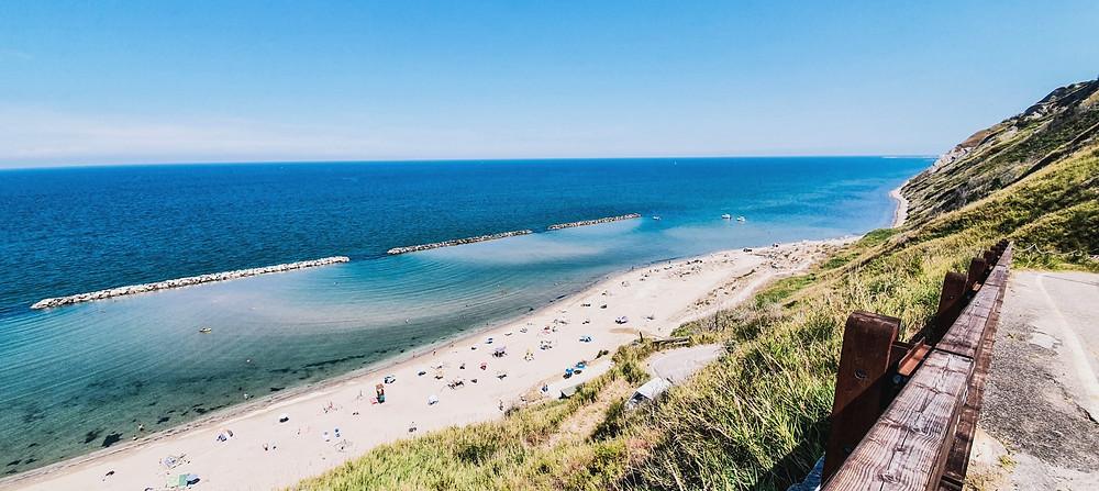 Panorama auf den Strand von Fiorenzuola di Focara im Naturpark Monte San Bartolo