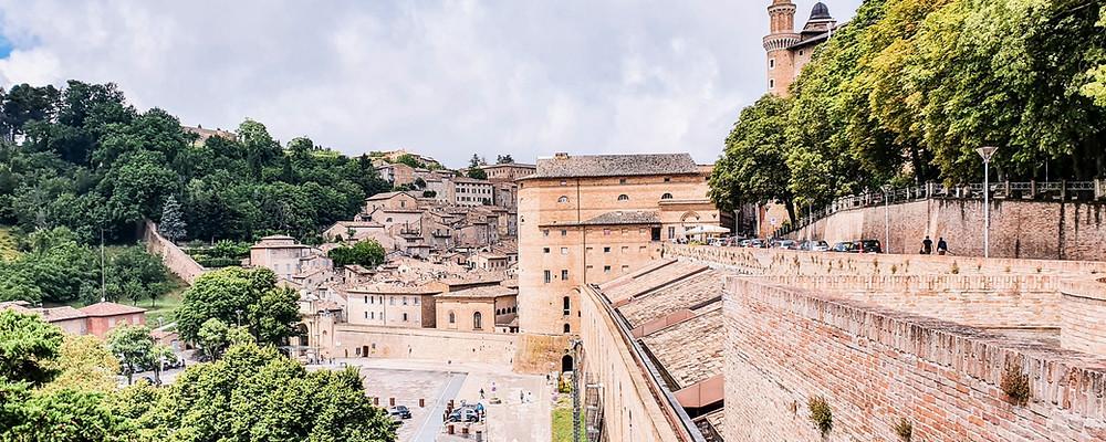 Panoramischer Spaziergang entlang der Stadtmauer von Urbino