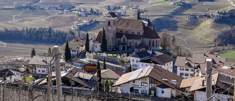 Die neugotische Pfarrkirche von Schenna: Wegen des Krieges dauerte es 15 Jahre bis sie fertiggestellt wurde.