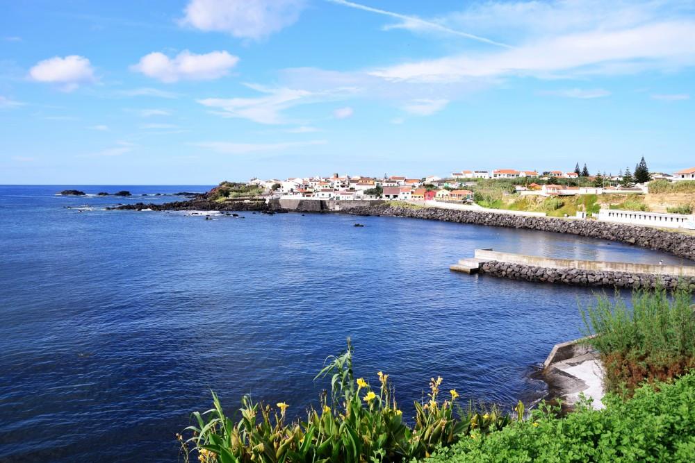 Blick auf Dorf und Hafen von Mosteiros