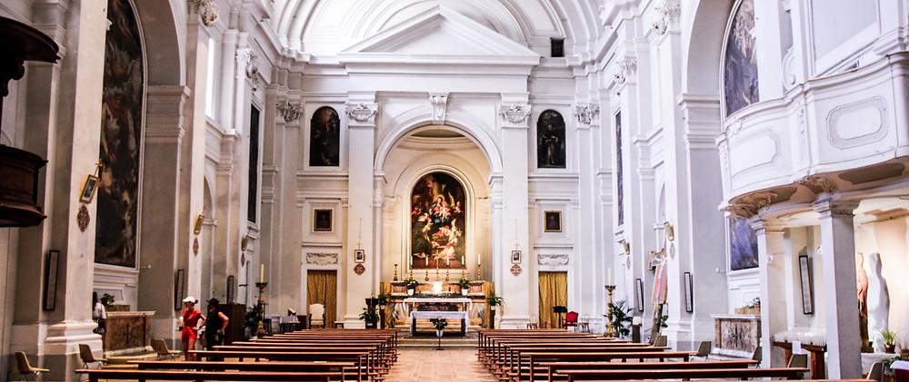 Innenraum der St. Dominik Kirche in Urbino