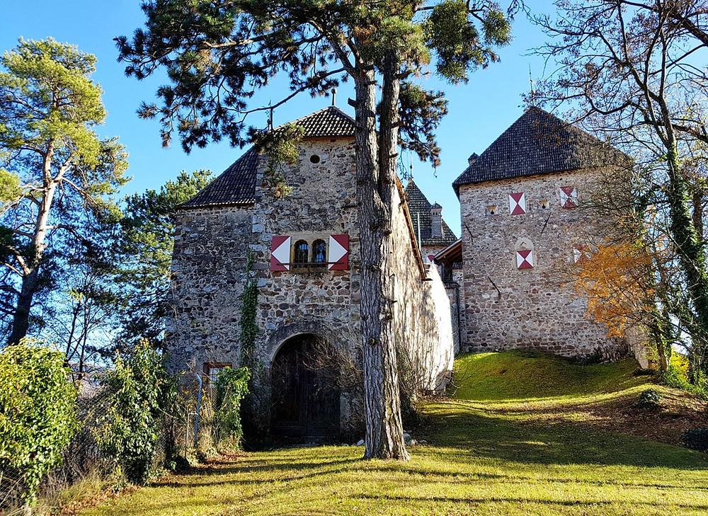 Die Wehrburg aus dem 13. Jhd wird heute als Schlosshotel genutzt