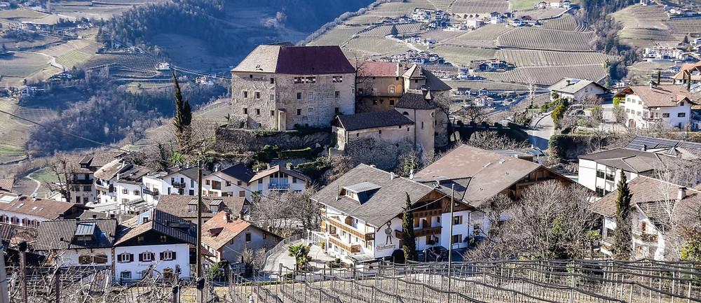 Schloss Schenna wurde gegen Mitte des 14. Jhd's errichtet. Highlight: Der Rittersaal aus der Renaissance-Zeit