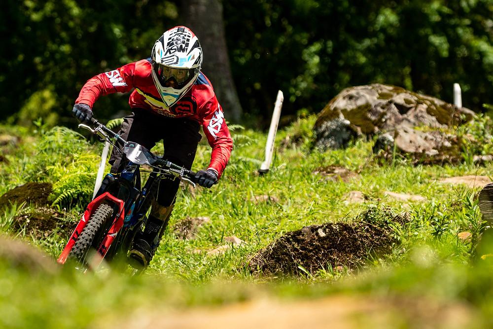 Bernardo acelera para vencer etapa e título / Cesar Delong