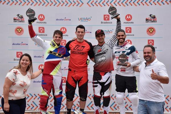 Pódio masculino da Copa América de Downhill 4X 2018  (Léo Shibuya/MBraga Comunicação)