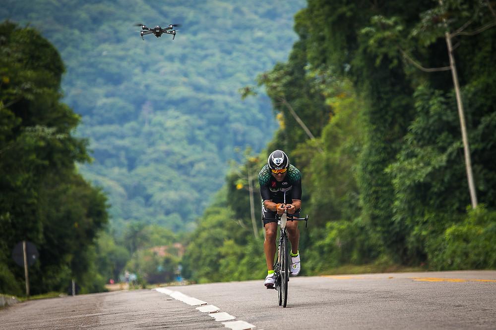 Triatleta durante o pedal / Sandra Guedes - Divulgação UB515