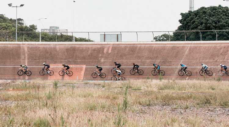 Ciclistas treinando no velódromo de Durban, África do Su / Divulgação UCI