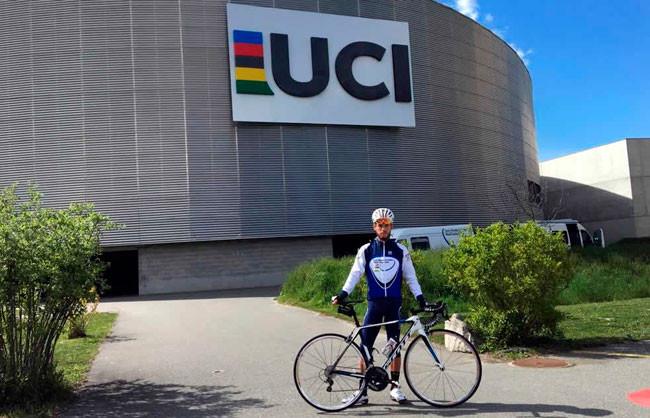 Fabio na frente do velódromo da UCI / Divulgação