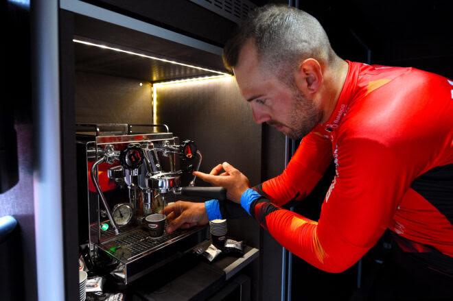 Café e bike: equipe Bahrain Victorious renova com a Rocket Espresso