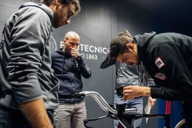 Pequenos ajustes na bike do Rui Costa / Divulgação UAE