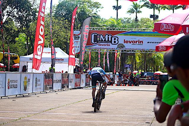 Raiza sprintando no dia do short track / Márcio de Miranda - Planeta da Bike