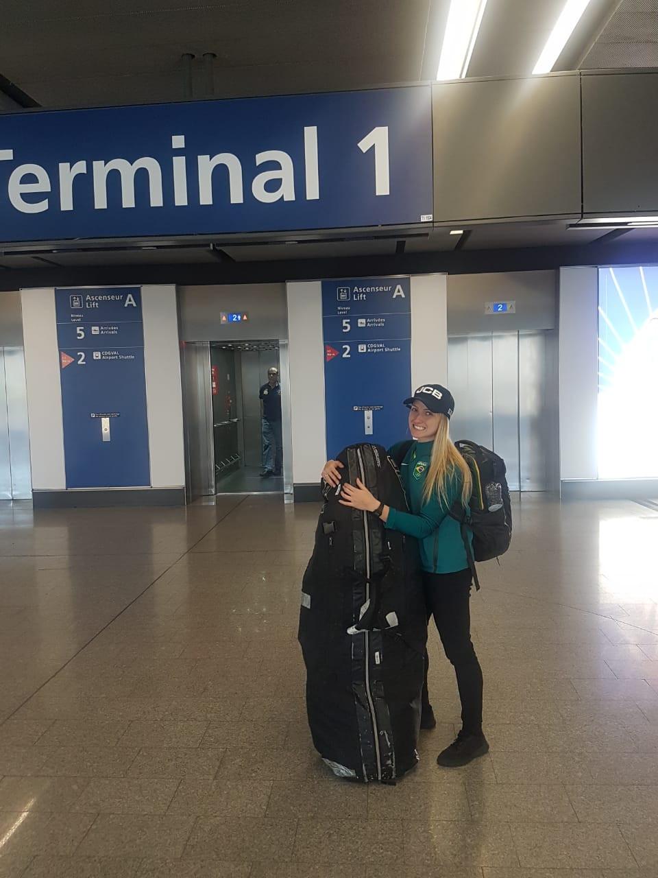 Priscilla embarcando para França / Divulgação