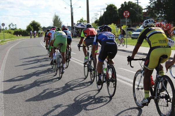 Pelotão na terceira etapa / Del Carlos Dedé - Divulgação)