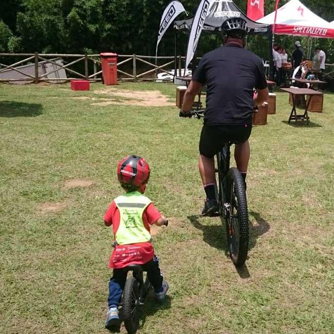 Pai e filho pedalando / Jacqueline Howard - Planeta da Bike