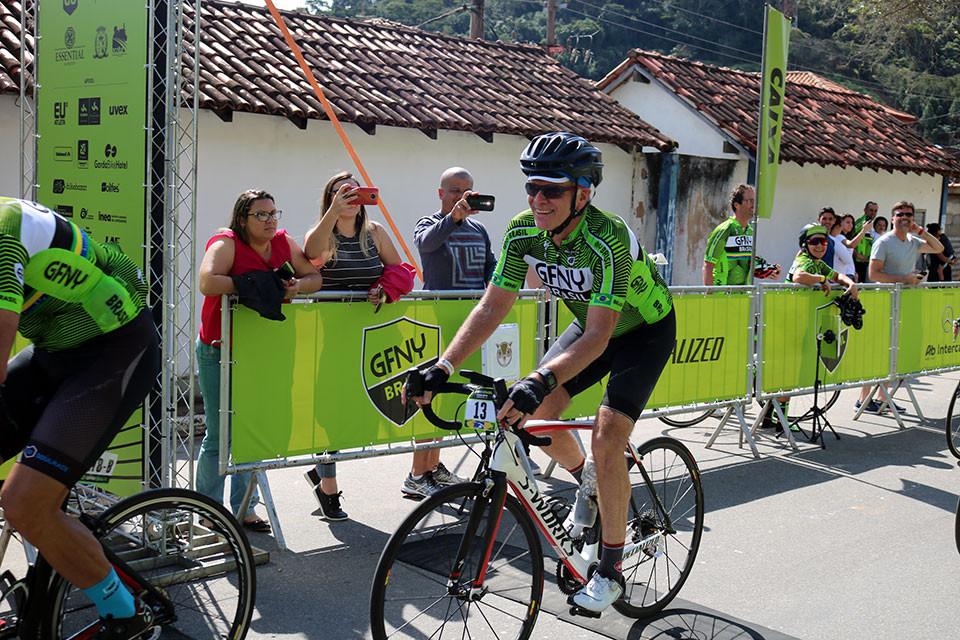 Bernardinho cruzando a linha de chegada / Márcio de Miranda - Planeta da Bike