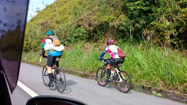Marcos (de azul) pedalando na estrada / Acervo pessoal