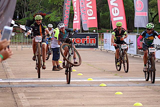 Giuliana Morgen comemorando a vitória / Márcio de Miranda - Planeta da Bike