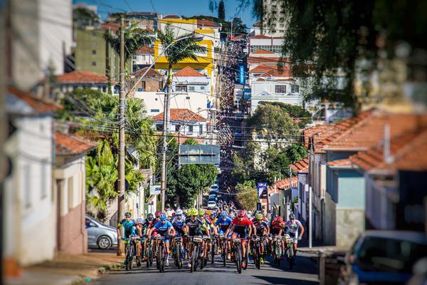 Pelotão dentro de Botucatu  (Fabio Piva / Brasil Ride)