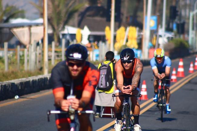 Triatletas fazendo força na Praia da Reserva / Márcio de Miranda