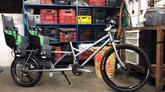Um dos trabalhos que Tom Cox mais se orgulha é esta bike long tail, feita para um cliente levar seus filhos para a escola todos os dias / Divulgação