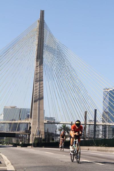 Ciclista com a Ponte Estaiada ao fundo / Fábio Falconi/Unlimited Sports