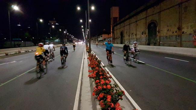 Ciclistas no local que um dia abrigou a Avenida Perimetral / Raphael Pazos