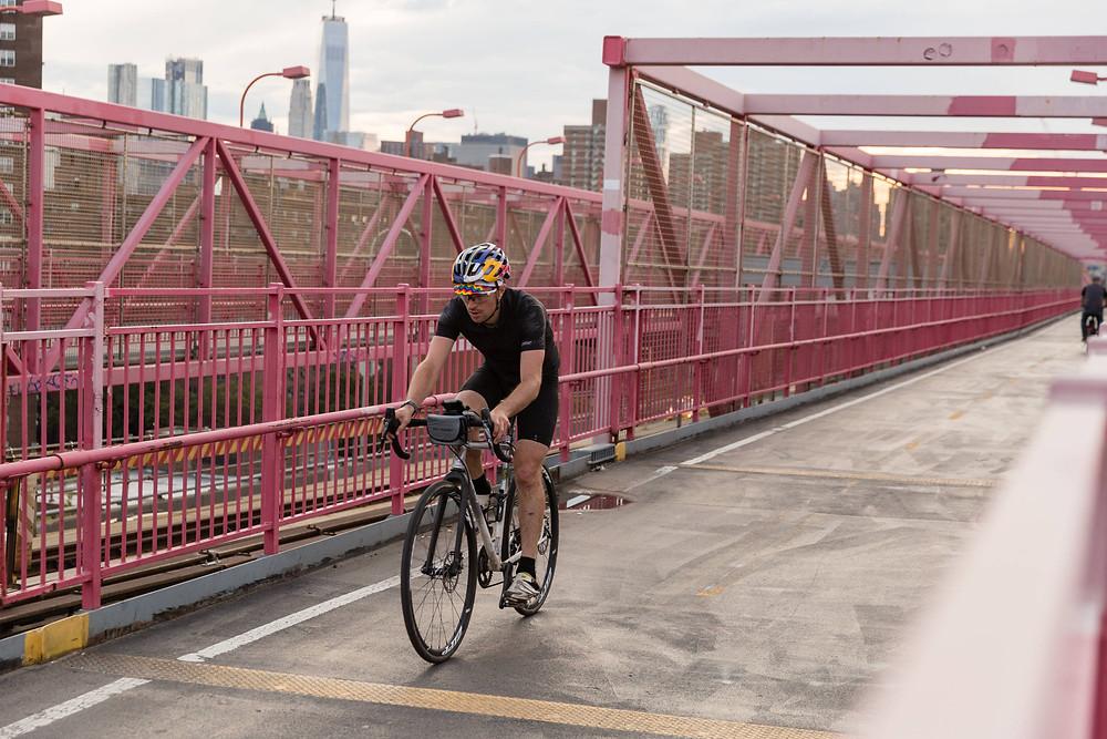 Pedalar a caminho do trabalho é uma das alternativas para melhorar a qualidade de vida e evitar trânsitos caóticos na cidade (Ben Franke / Red Bull Content Pool)