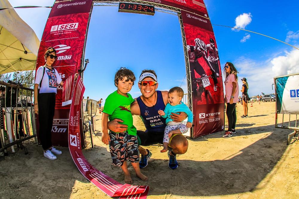 Felipe Moletta comemorou mais uma vitória abraçando os filhos na chegada / Foco Radical