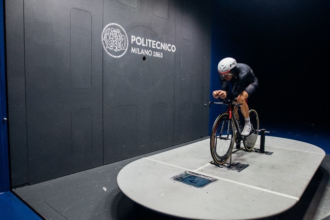 Rui Costa, campeão do mundo de estrada da UCI em 2013, no túnel de vento / Divulgação UAE