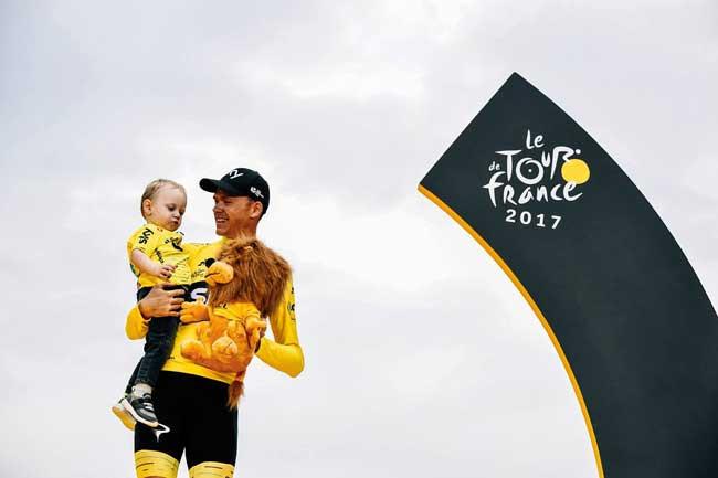 Froome com o filho no pódio do Tour deste ano / Divulgação Team Sky