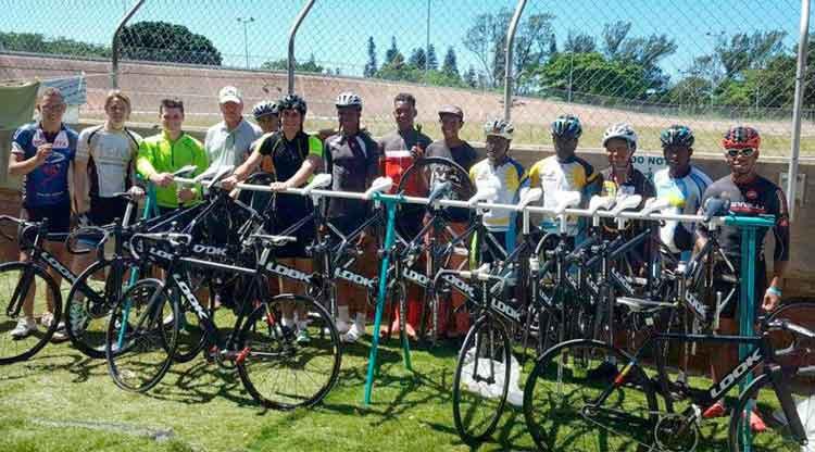 Atletas com as bikes doadas / Divulgação UCI