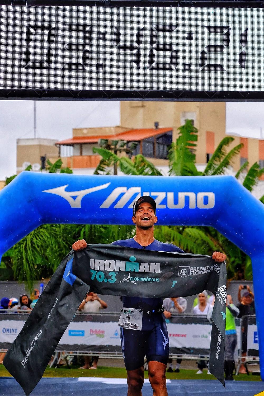 Triatleta estreou com vitória na temporada após quase seis meses longe das competições - Foto: Romulo Cruz
