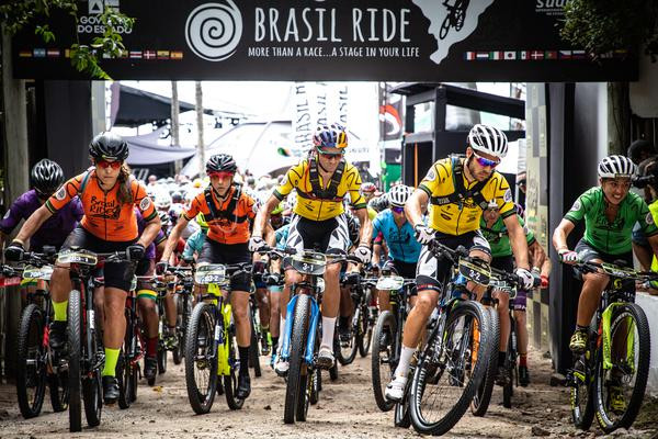 Campeões durante a largada da última etapa (Mario Jordany / Brasil Ride)