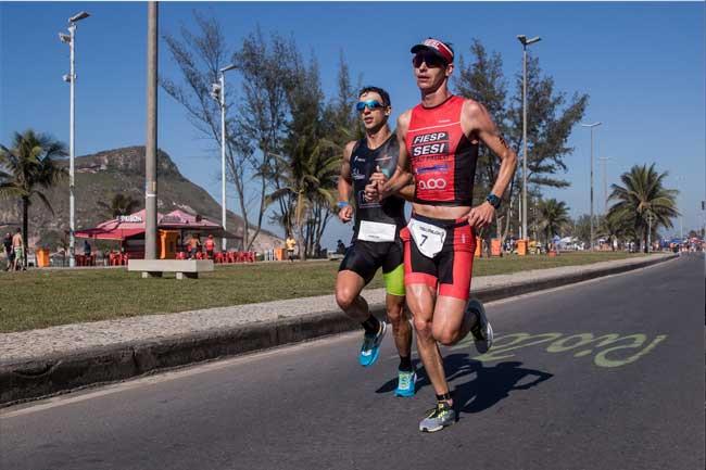 Reinaldo Colucci e Felipe Santos travam disputa acirrada pela liderança da 4ª Etapa do Circuito UFF Rio Triathlon / Miriam Jeske - Divulgação