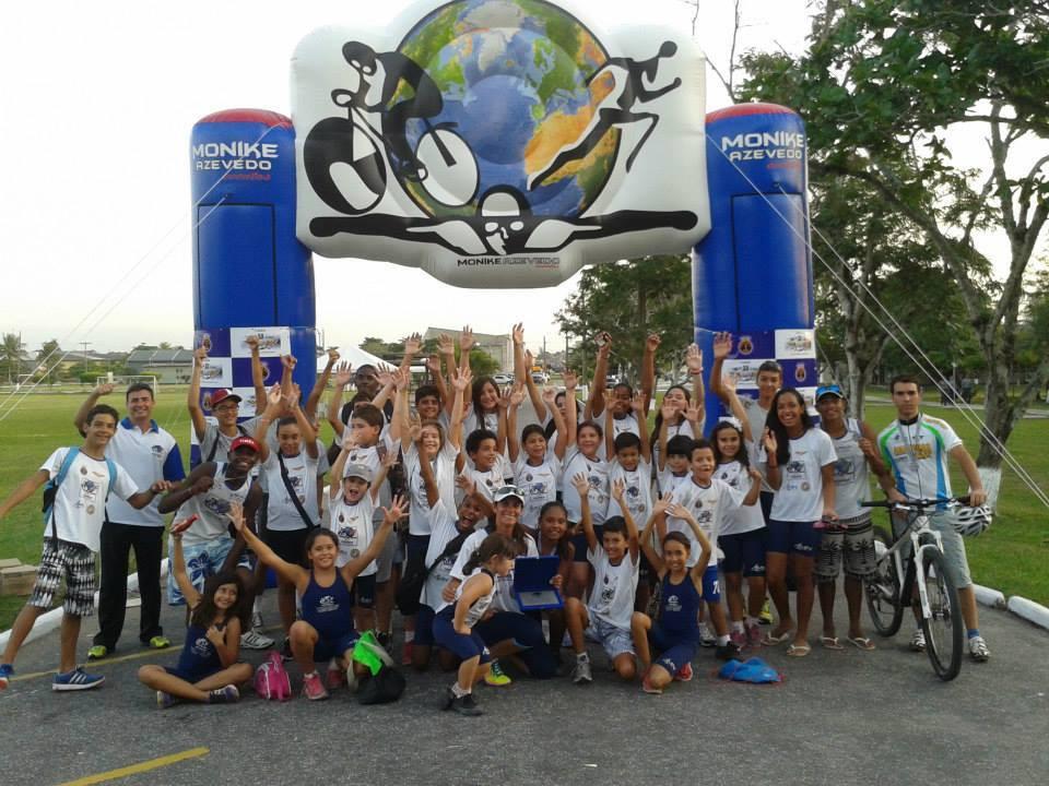 Crianças e adolescentes do Projeto Monike Azevedo / Divulgação