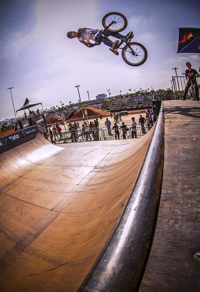 Manobra do BMX na mini ramp (Marcelo Mug / CBER)