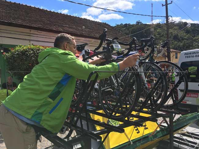 Adriano retirando a minha bike da van / Márcio de Miranda