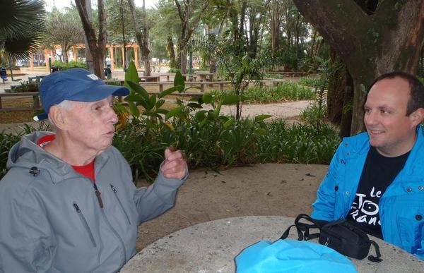 Sr. Raymond em conversa com Rogerio Tancredi, da Shimano (Divulgação)
