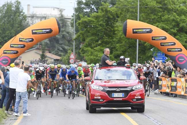Pelotão na largada da etapa de hoje / Divulgação Giro de Itália