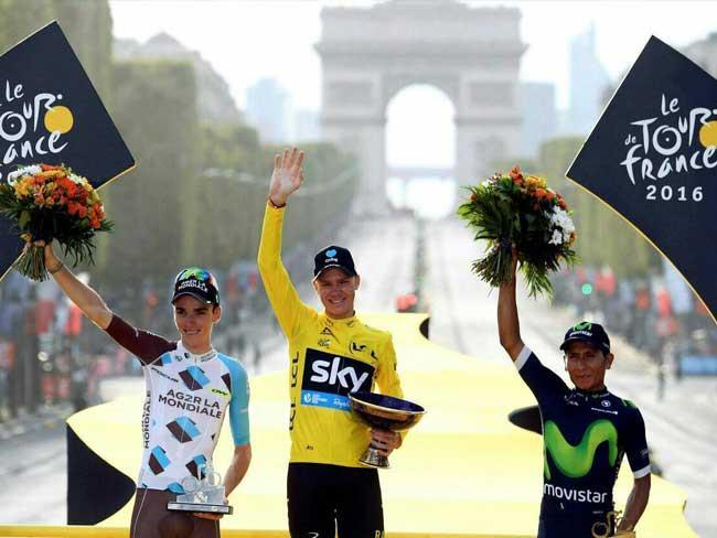 Chris Froome (de amarelo), Romain Bardet ( de branco ) e Nairo Quintana no pódio do Tour do ano passado / Divulgação A.S.O