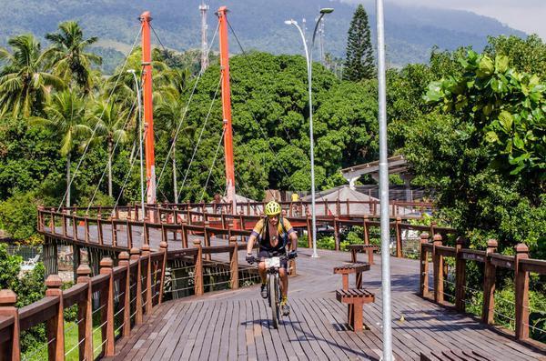 Pedal na orla de Ilhabela  (Ney Evangelista / Brasil Ride)