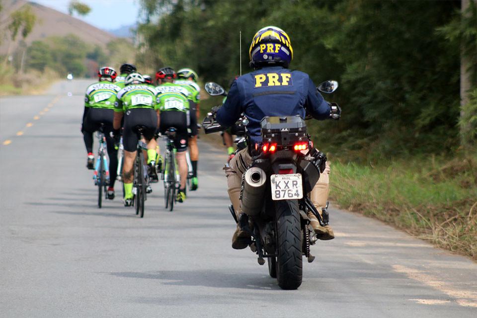 Batedor da Polícia Rodoviária Federal (PRF) dando suporte aos atletas / Márcio de Miranda - Planeta da Bike