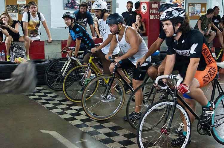 Ciclistas alinhados na largada / Fernando Correa Fotografia - Divulgação