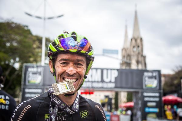 Hugo comemora o título com a medalha  (Fabio Piva / Brasil Ride)