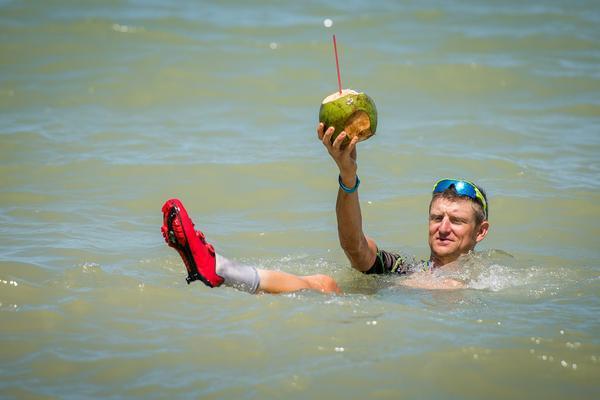 Roel Paulissen no mar em Arraial d'Ajuda (Armin Kuestenbrueck / Brasil Ride)