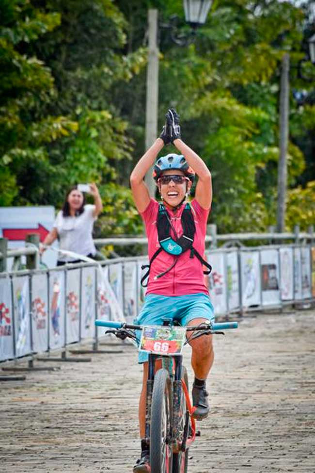 Viviane Favery comemora na linha de chegada / Luciana Flores - lucianaflores.blog.br)
