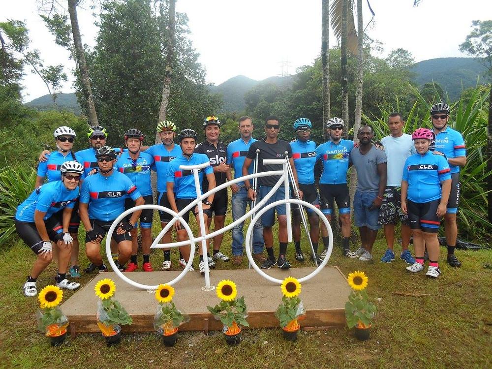 Jacó (de muletas) com amigos de treino no memorial erguido no local do acidente / Almir Marcelino